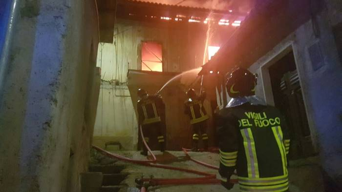 Incendio a Napoli, donna muore lanciandosi dal terzo piano