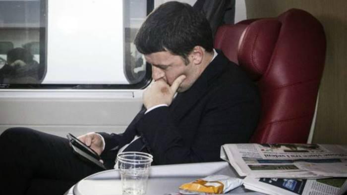 Renzi giunto in treno in Calabria, ad accoglierlo applausi e contestazioni