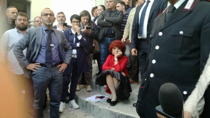 il ministro fedeli lascia convegno e incontra i contestatori