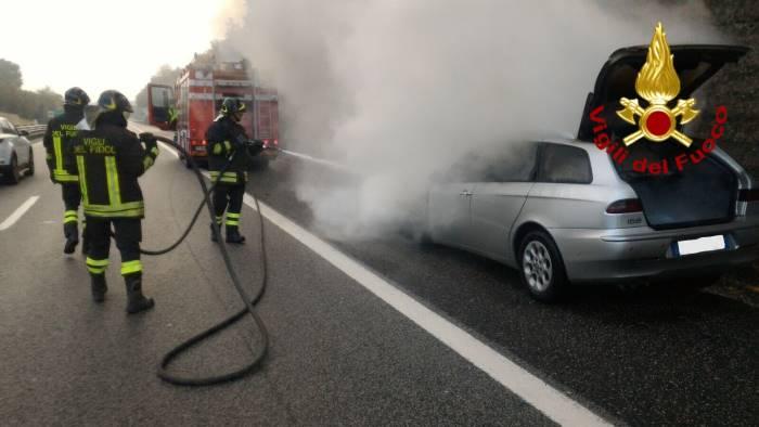auto in fiamme sull a16 paura e fumo in autostrada