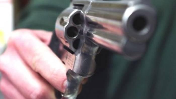 Punta la pistola contro un commerciante e si fa consegnare 4mila euro