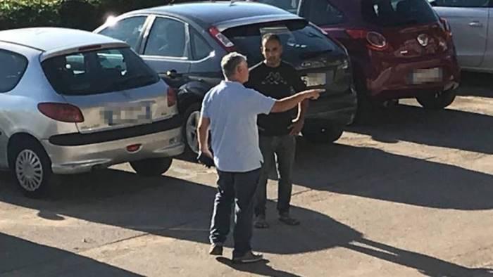 sindaco ferma due ladri di pigne sul lungomare