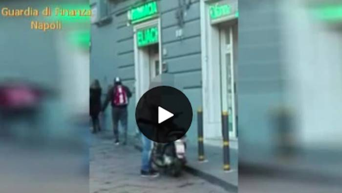 falso cieco assunto al comune sullo scooter video lo incastra