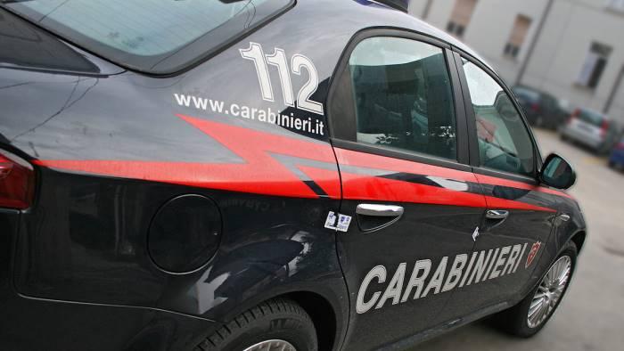 aggredisce i carabinieri arrestato