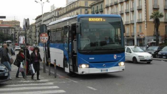migrante aggredito davanti a me sul bus nell indifferenza