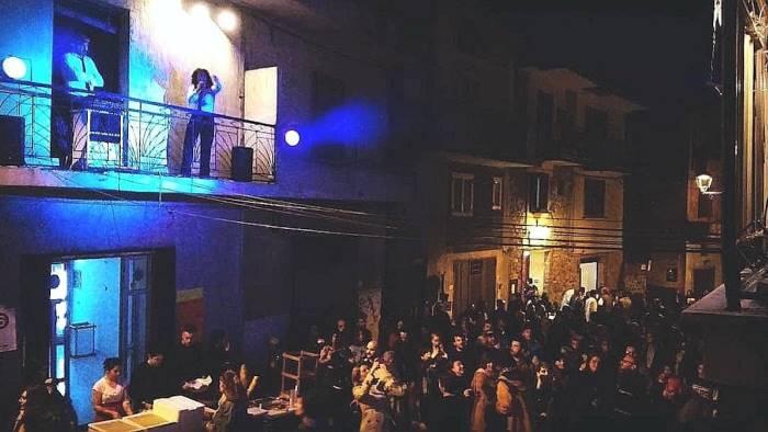 l arte si affaccia al balcone a futani torna balconica