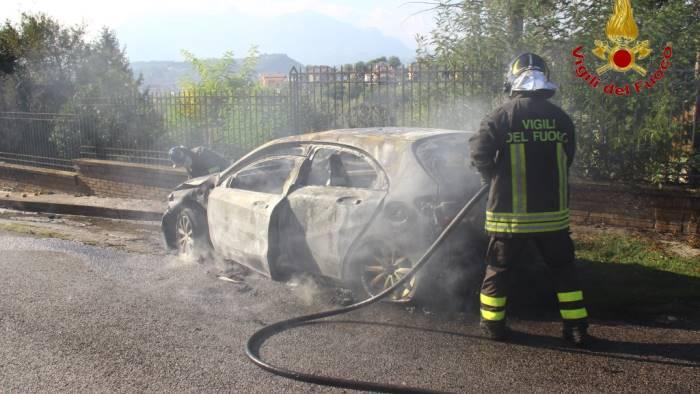 auto in fiamme vicino alle abitazioni paura a san potito