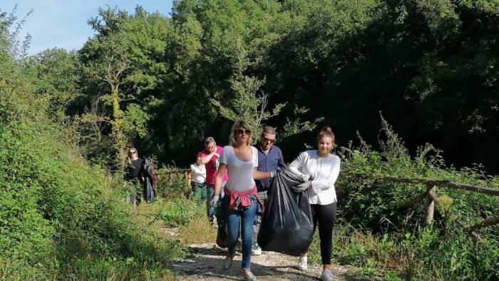 sindaco e amministratori ripuliscono parco molinello