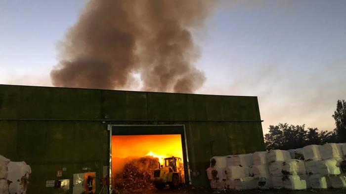 brucia lo stir nube tossica sulla citta e allarme ambientale