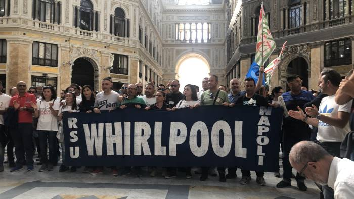 gli operai della whirlpool ancora in piazza