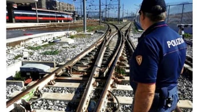 rubano rotaie e deviatoi ferroviari nella stazione di caserta