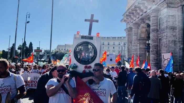 whirpool a roma sfila il funerale della lavatrice