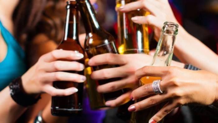 polizia sorprende 30 persone a far festa in un locale multati