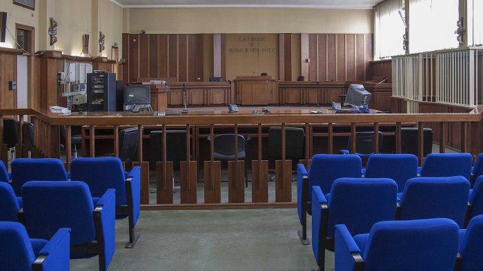 piazza piano di corte calci e pugni a 2 giovani assolti in 4