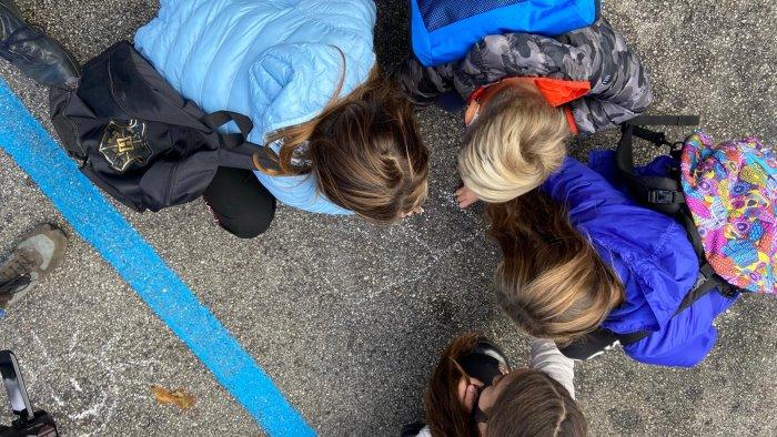 i bambini davanti alla prefettura riaprite le nostre scuole