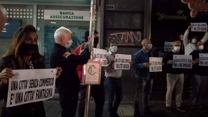 nuova protesta dei commercianti luci spente a via toledo