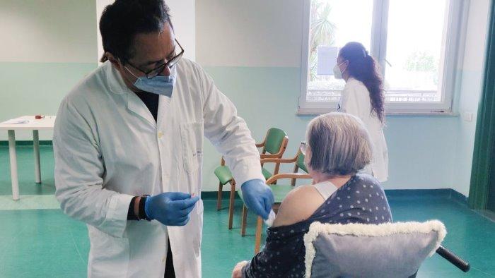 terza dose asl montesarchio impegnata con gli anziani di una rsa