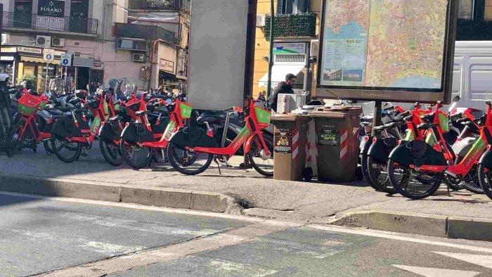 napoli al vomero troppi marciapiedi occupati da mezzi a due ruote