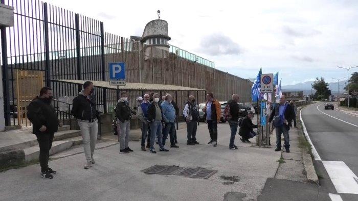 poco personele e troppe aggressioni in carcere sit in di protesta ad ariano