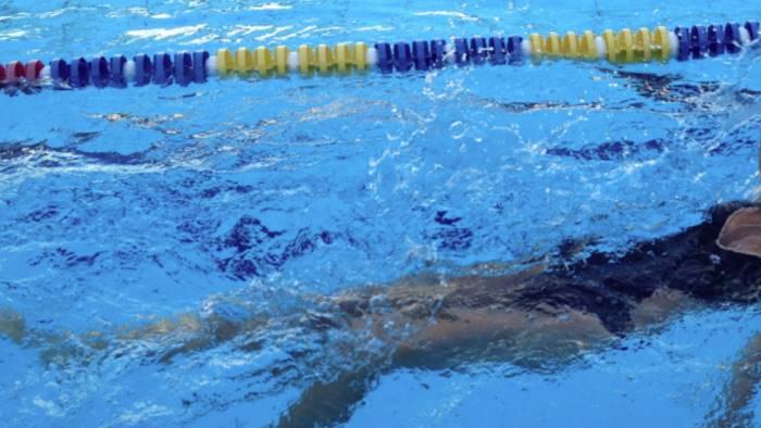 Istruttore di nuoto abusa di atleta 14enne: ai domiciliari