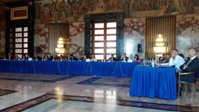 Renzi a Napoli, tensioni e scontri: lanci di uova e arance