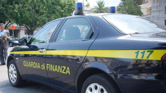 Arresti domiciliari per ex ufficiale della finanza, l'accusa è millantato credito