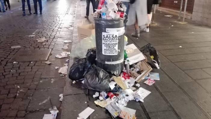 sosta selvaggia bancarelle e rifiuti caos e degrado a chiaia