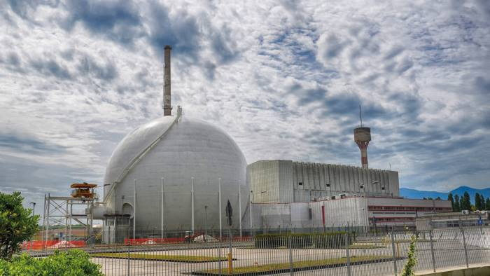 nucleare demolito il camino della centrale garigliano