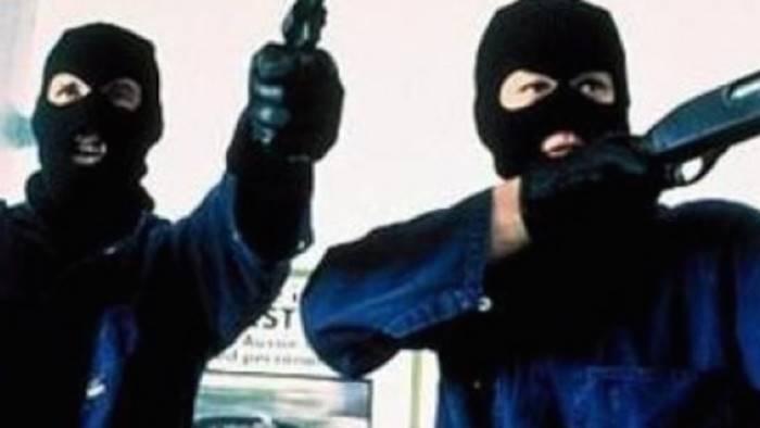 banditi armati terrorizzano e rapinano benzinaio