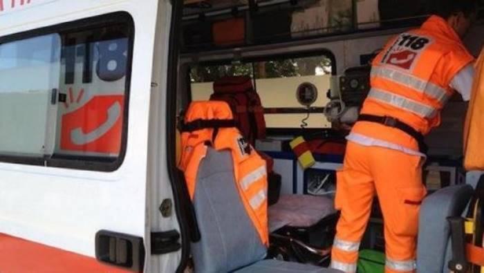 Auto finisce fuori strada, feriti quattro giovani