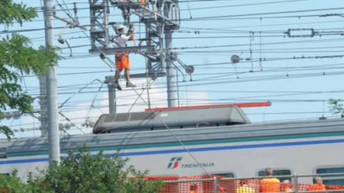 cavo alta tensione si schianta su treno in corsa