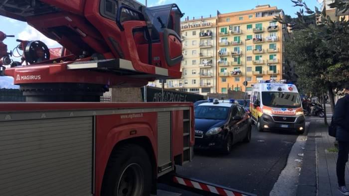 Roma, incendio all'interno di un palazzo: muore un 72enne