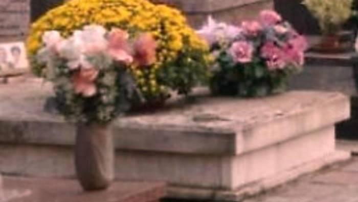 porta i fiori al marito sulla tomba e poi spariscono