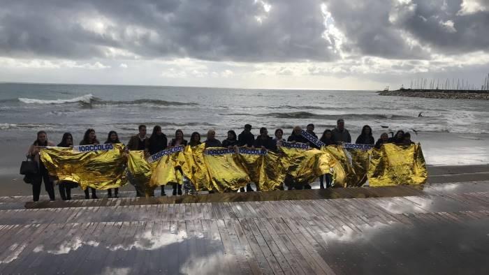 ioaccolgo flash mob in spiaggia per favorire l integrazione