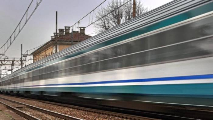 choc in paese appoggia testa sui binari quando arriva treno
