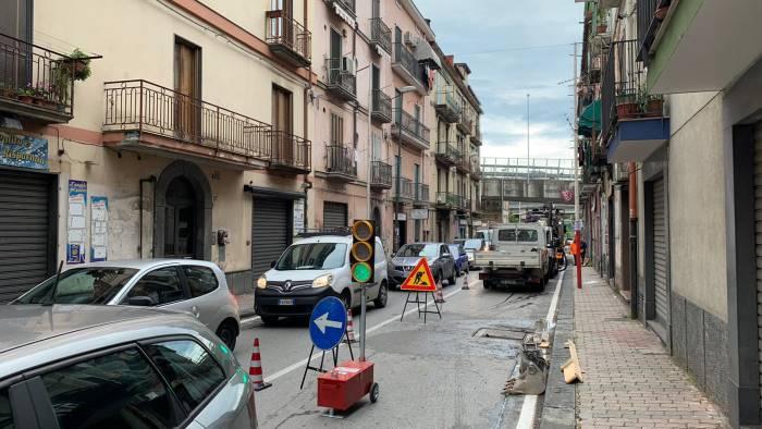 fratte spunta il semaforo in via capone traffico in tilt