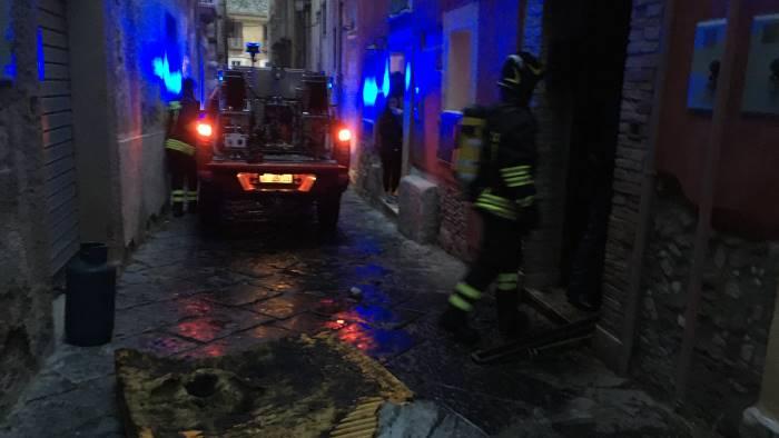 appartamento in fiamme paura in centro foto