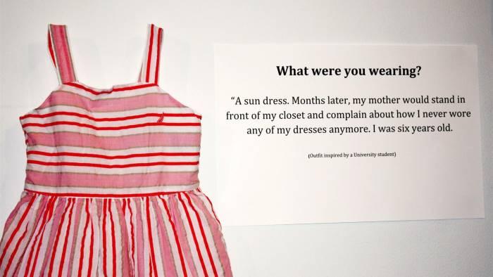 com eri vestita mostra contro la violenza sulle donne