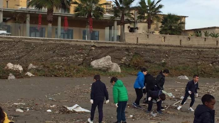 a mare senza plastica scendono in spiaggia gli studenti