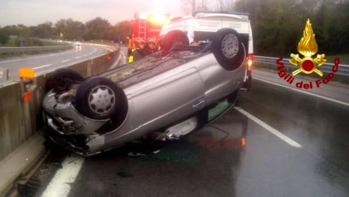 sbanda e si ribalta tragedia sfiorata in autostrada