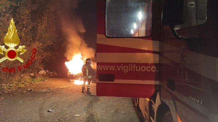 auto in fiamme mentre guida paura per un uomo ad avellino