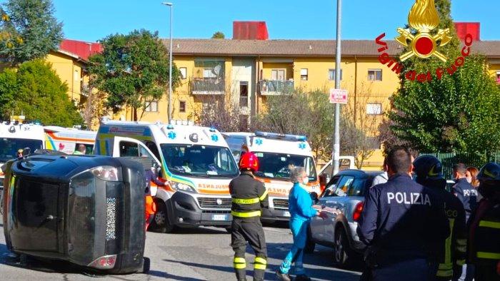 auto si ribalta dopo un incidente 2 feriti in ospedale