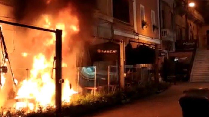 paura sul corso di salerno in fiamme il dehor di un locale