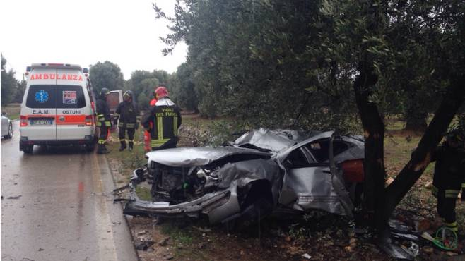 Tir travolge tre auto: cinque vittime, anche una bimba