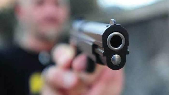 entra in supermercato e spara e caccia al rapinatore
