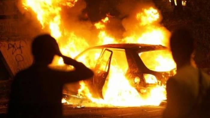 litigano tra condomini in fiamme le auto di una famiglia