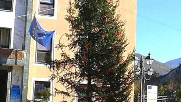 l albero di natale di montecorvino tra i piu brutti d italia
