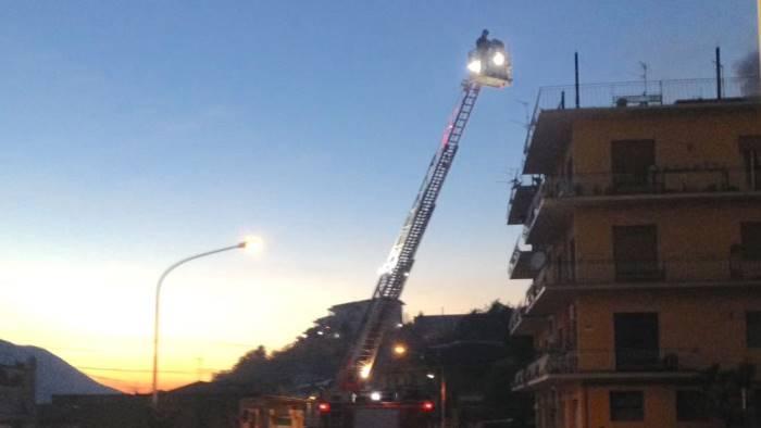 divampa un incendio paura in un condominio foto