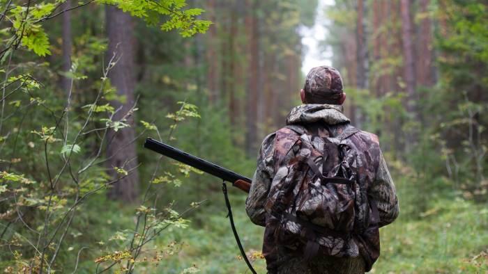 va a caccia lo scambiano per un cinghiale e gli sparano