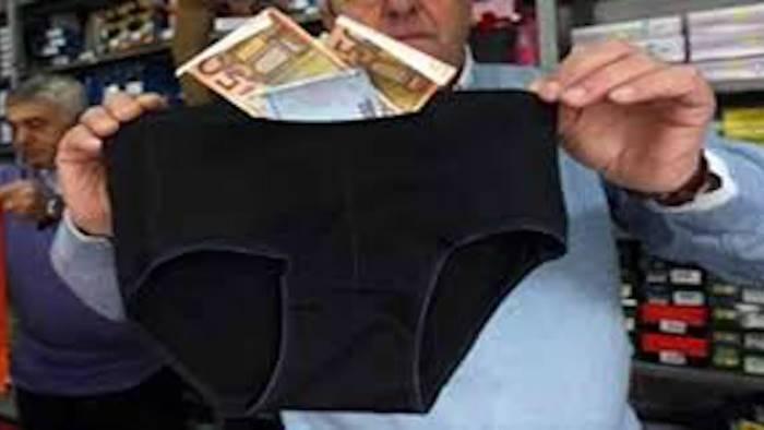lo rapinano del fazzoletto ma i soldi sono nascosti negli slip